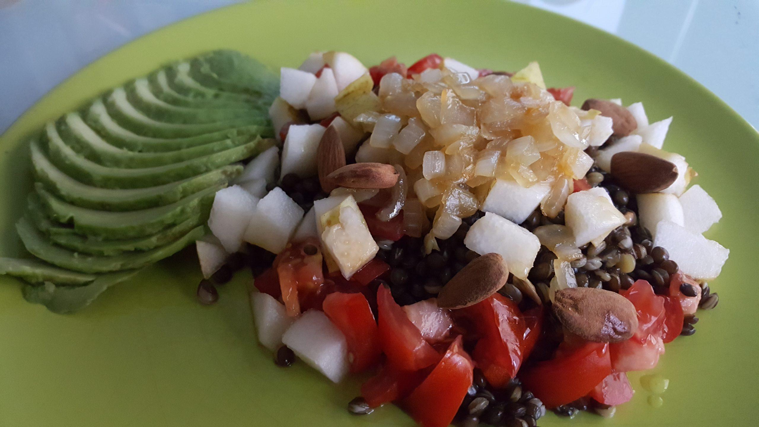 Salade de lentilles béluga, poire, avocat, tomate, amandes et oignons caramélisés